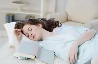 腰痛患者的正确站姿 坐姿和睡姿 纠正姿势,远离腰痛